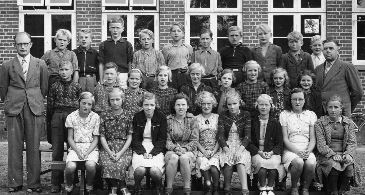 Hover-Skole-6-klasse-fotograferet-i-september-1941-Gerda-Kringelum-er-nr-3-fra-højre-i-midterste-række